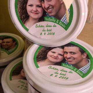 Kuchengläser mit Hochzeitsetiketten
